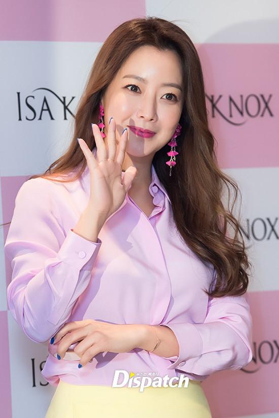 Diện cả cây màu sến còn móng tay thì xanh lè, Kim Hee Sun may vẫn được châm chước nhờ nhan sắc không tuổi - Ảnh 3.