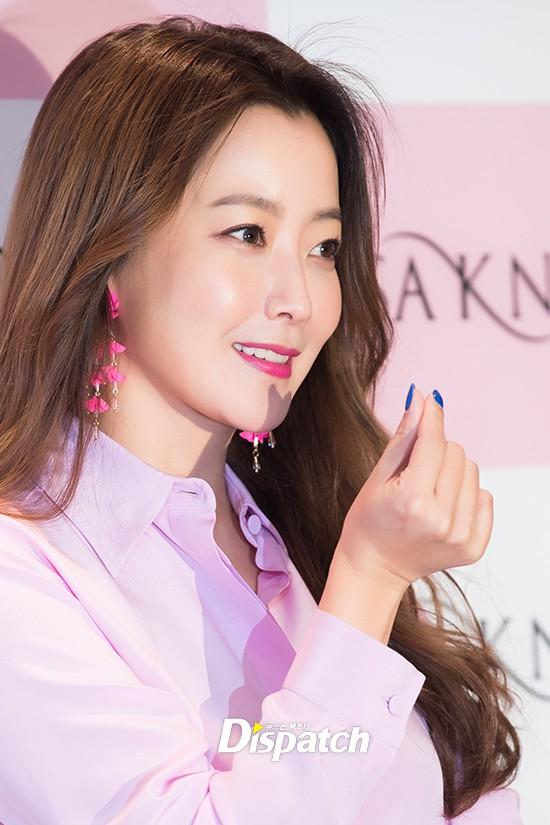 Diện cả cây màu sến còn móng tay thì xanh lè, Kim Hee Sun may vẫn được châm chước nhờ nhan sắc không tuổi - Ảnh 5.