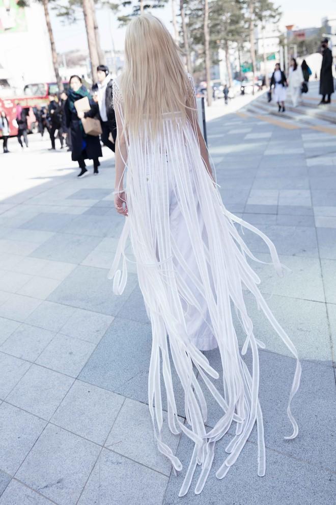 Có vẻ như Seoul Fashion Week năm nay, Việt Nam chỉ có Fung La đơn thương độc mã góp mặt - Ảnh 6.