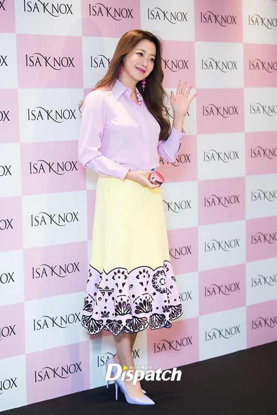 Diện cả cây màu sến còn móng tay thì xanh lè, Kim Hee Sun may vẫn được châm chước nhờ nhan sắc không tuổi - Ảnh 6.