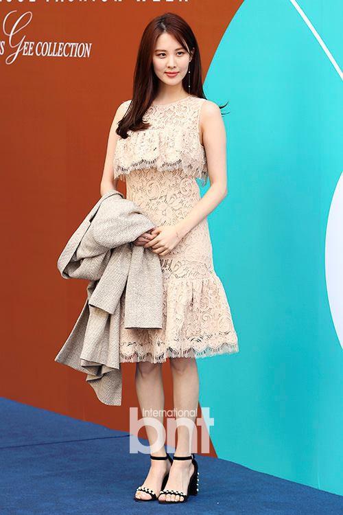 Em út Seohuyn lộ mặt kém sắc, gượng gạo tại Tuần lễ thời trang Seoul - Ảnh 2.