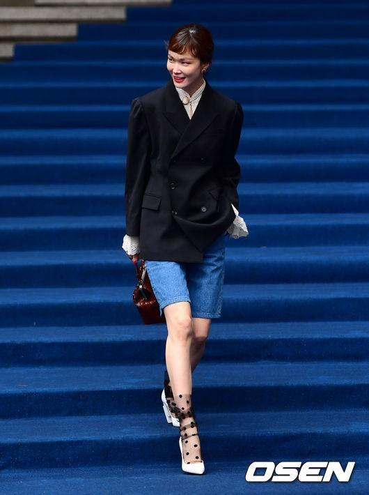 Seoul Fashion Week: siêu mẫu Hàn khiến loạt người đẹp đình đám lu mờ vì ăn mặc quá dị, Hyomin diện đồ như váy ngủ - Ảnh 1.