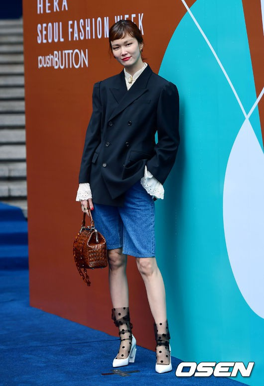 Seoul Fashion Week: siêu mẫu Hàn khiến loạt người đẹp đình đám lu mờ vì ăn mặc quá dị, Hyomin diện đồ như váy ngủ - Ảnh 2.