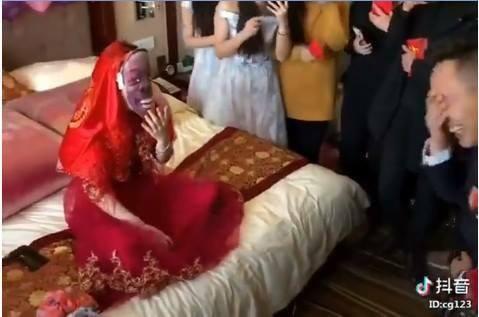 CLIP: Mở khăn phủ đầu cô dâu, chàng rể vội lấy tay che mắt vì quá bất ngờ - Ảnh 3.