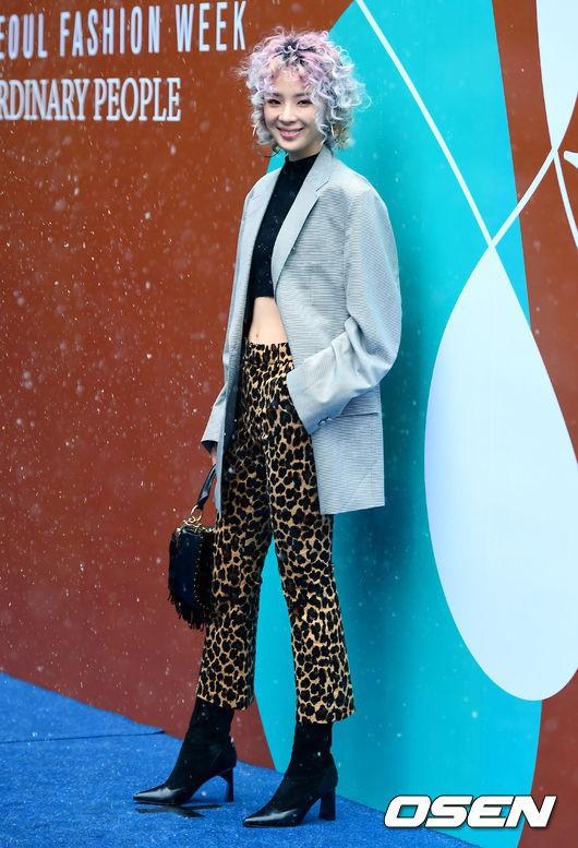 Seoul Fashion Week: siêu mẫu Hàn khiến loạt người đẹp đình đám lu mờ vì ăn mặc quá dị, Hyomin diện đồ như váy ngủ - Ảnh 11.