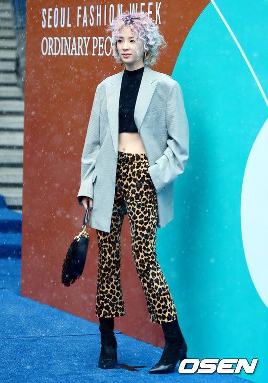 Seoul Fashion Week: siêu mẫu Hàn khiến loạt người đẹp đình đám lu mờ vì ăn mặc quá dị, Hyomin diện đồ như váy ngủ - Ảnh 12.