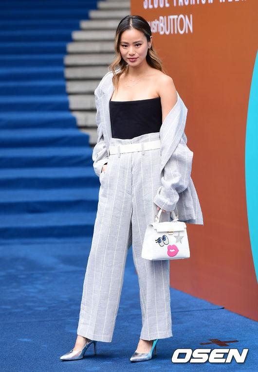 Seoul Fashion Week: siêu mẫu Hàn khiến loạt người đẹp đình đám lu mờ vì ăn mặc quá dị, Hyomin diện đồ như váy ngủ - Ảnh 14.