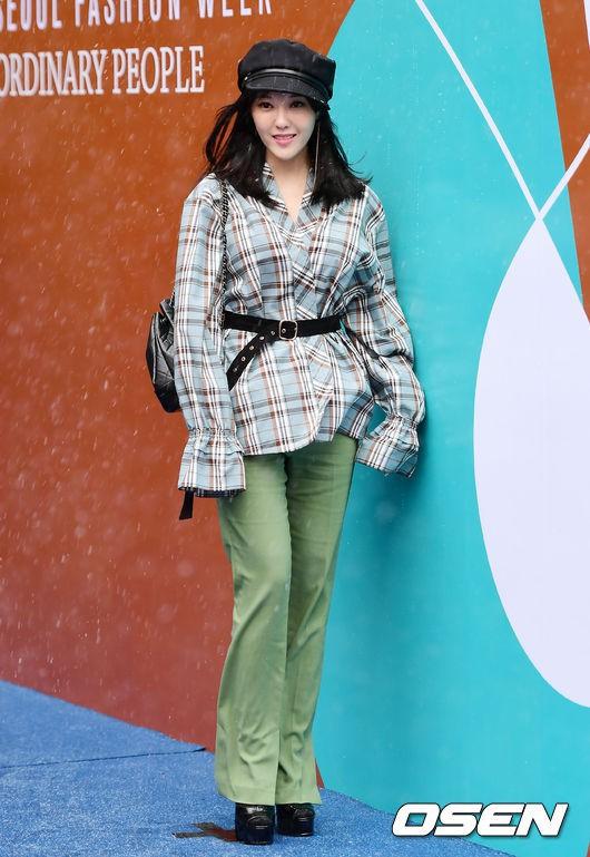 Seoul Fashion Week: siêu mẫu Hàn khiến loạt người đẹp đình đám lu mờ vì ăn mặc quá dị, Hyomin diện đồ như váy ngủ - Ảnh 9.