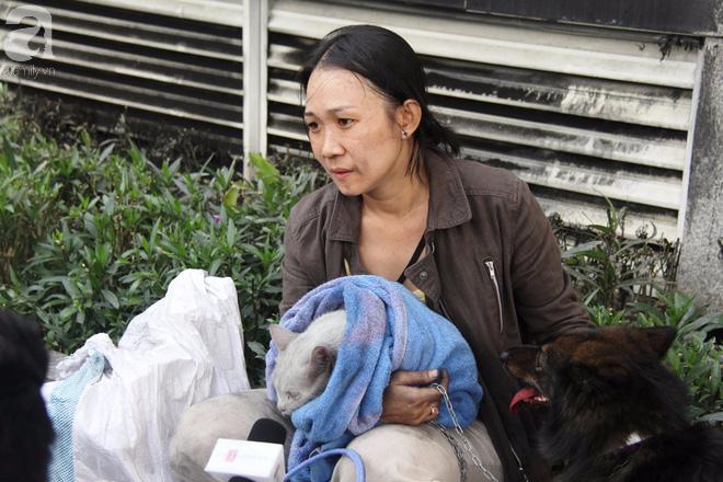 Sau 16 tiếng xảy ra vụ cháy chung cư: Người lỉnh kỉnh đồ đạc bỏ đi, kẻ vạ vật ôm chó, mèo ngồi lại đợi vào nhà coi tài sản - Ảnh 5.