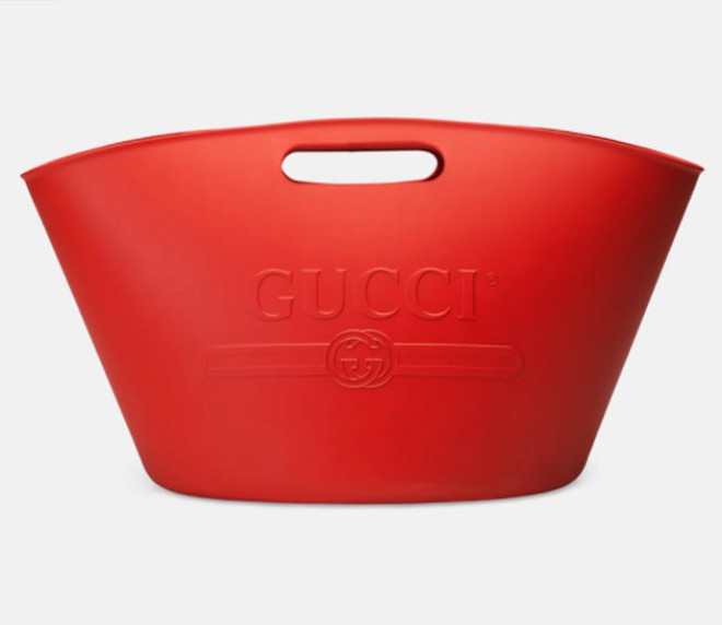 Nhìn chẳng khác gì cái xô cao su đựng nước thô kệch, thế mà chiếc túi Gucci này lại có giá những 22 triệu đồng - Ảnh 5.