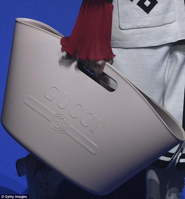 Nhìn chẳng khác gì cái xô cao su đựng nước thô kệch, thế mà chiếc túi Gucci này lại có giá những 22 triệu đồng - Ảnh 2.