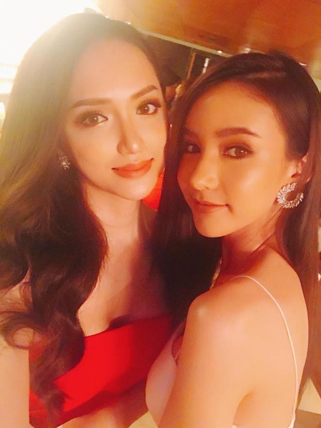 Cùng đọ sắc trong một khung hình, Hoa hậu Hương Giang và Á hậu Yoshi khiến fan loạn nhịp vì đẹp sắc nước hương trời - Ảnh 3.
