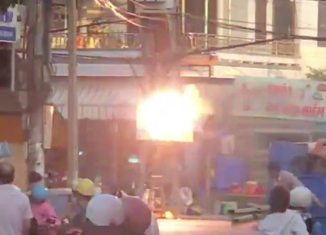 Khánh Hòa: Cột điện bất ngờ nổ đì đùng như bỏng ngô, bà con bất chấp nguy hiểm đứng xem cho biết