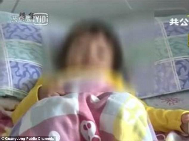 Vô tư đưa nhẫn đính hôn cho con gái 2 tuổi chơi, bà mẹ suýt lấy mạng con trong chốc lát - Ảnh 5.