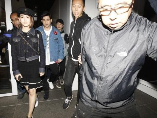 Châu Kiệt Luân dẫn theo 10 vệ sĩ để hộ tống vợ yêu đi ăn tối - ảnh 1