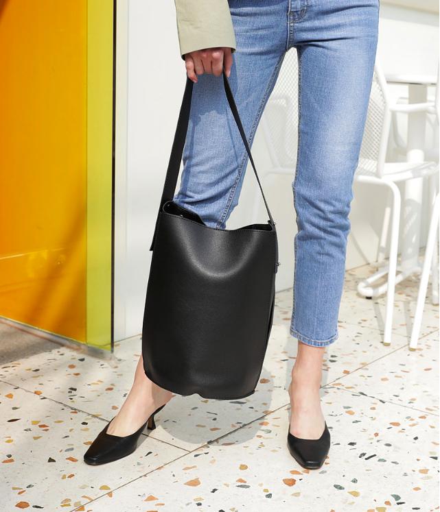 Không phải sneaker hay cao gót lênh khênh, giày khuyết gót là món đồ nàng công sở cần sắm ngay trong hè này - Ảnh 5.