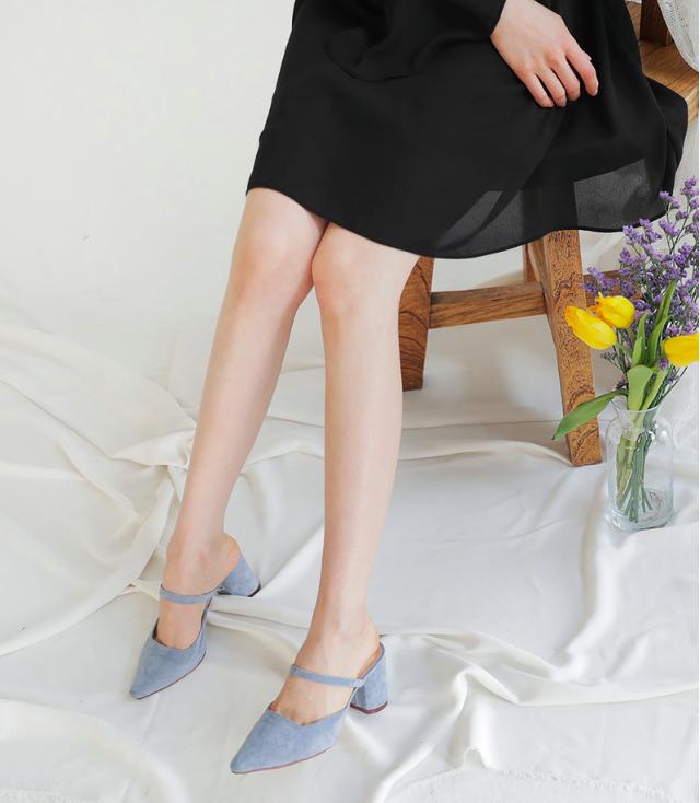 Không phải sneaker hay cao gót lênh khênh, giày khuyết gót là món đồ nàng công sở cần sắm ngay trong hè này - Ảnh 13.