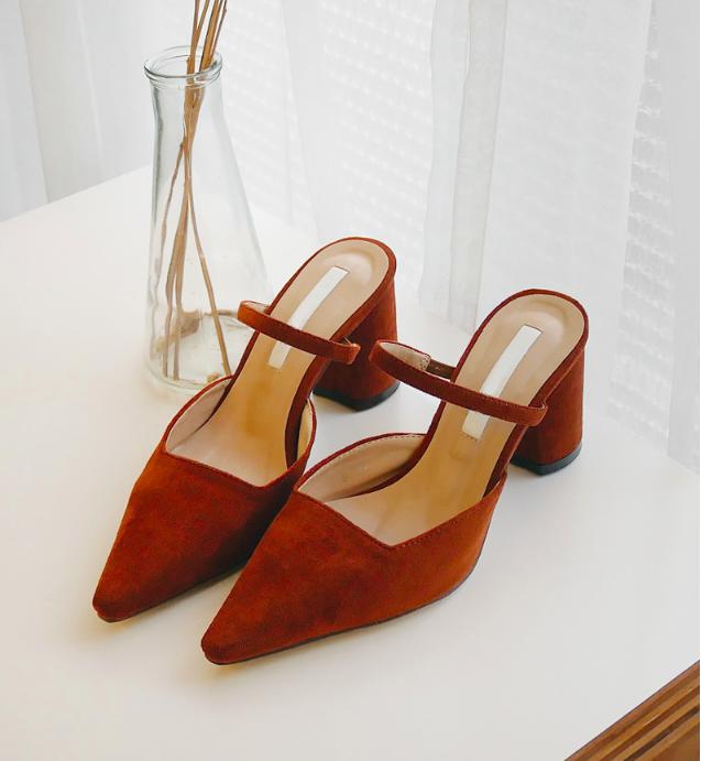 Không phải sneaker hay cao gót lênh khênh, giày khuyết gót là món đồ nàng công sở cần sắm ngay trong hè này - Ảnh 7.
