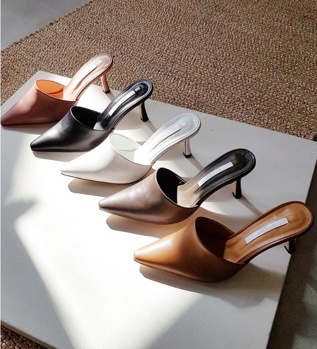 Không phải sneaker hay cao gót lênh khênh, giày khuyết gót là món đồ nàng công sở cần sắm ngay trong hè này - Ảnh 1.