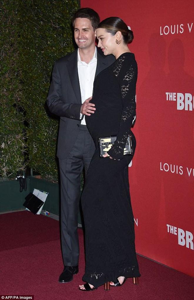 Bụng bầu vượt mặt nhưng Miranda Kerr vẫn đi giày cao gót cả tấc, đẹp bất chấp bên chồng - Ảnh 4.