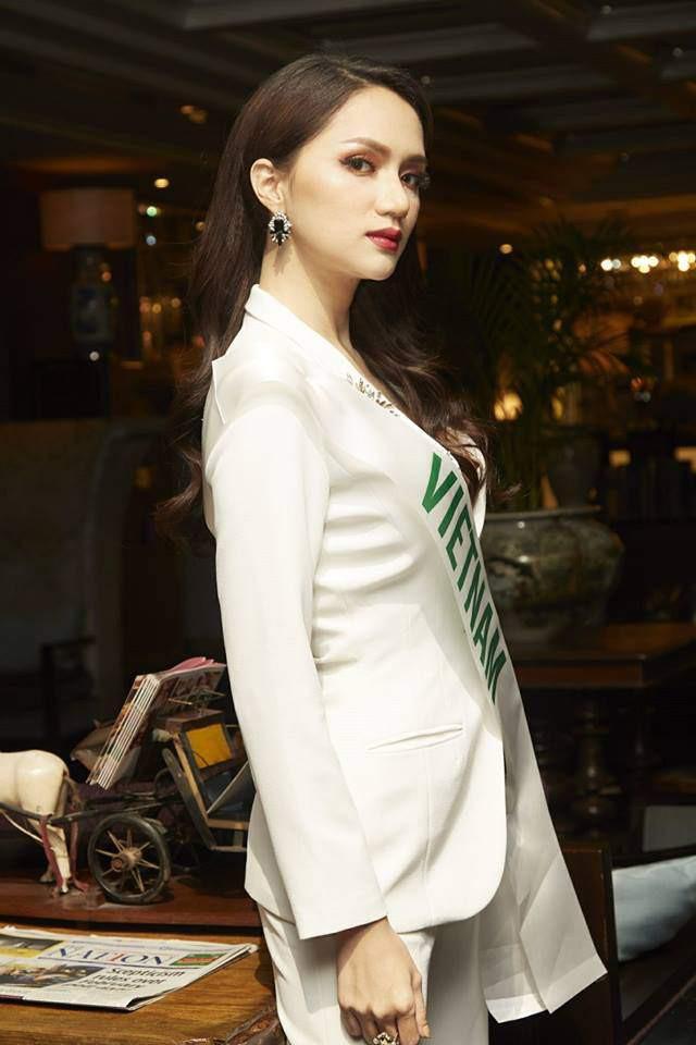 Chọn bộ suit trắng khác biệt hoàn toàn với dàn thí sinh của Hoa hậu chuyển giới ,nhưng phong cách của Hương Giang lại khá quen mặt tại showbiz Việt - Ảnh 2.