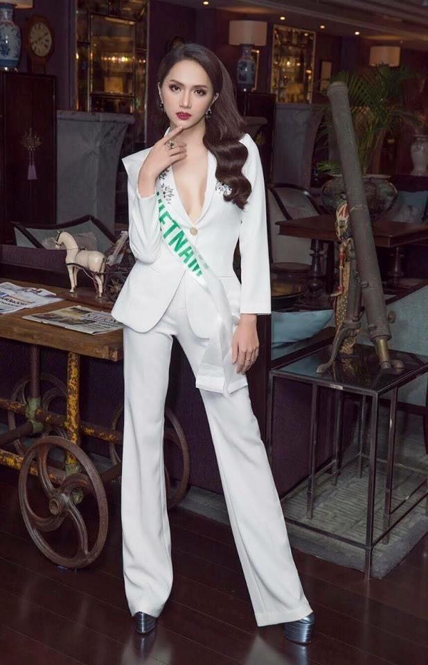Chọn bộ suit trắng khác biệt hoàn toàn với dàn thí sinh của Hoa hậu chuyển giới ,nhưng phong cách của Hương Giang lại khá quen mặt tại showbiz Việt - Ảnh 4.