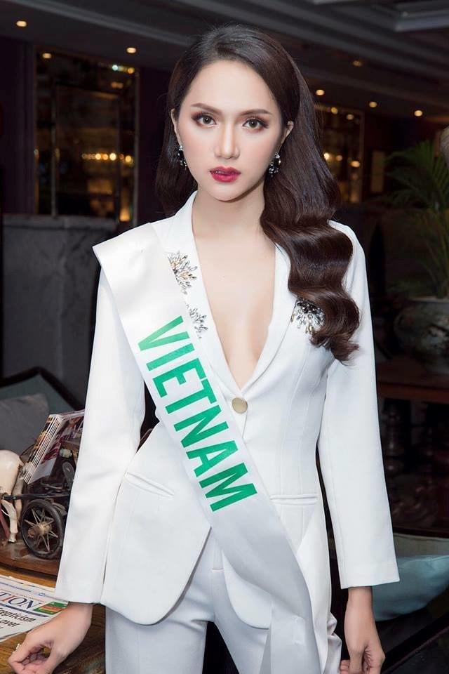 Chọn bộ suit trắng khác biệt hoàn toàn với dàn thí sinh của Hoa hậu chuyển giới ,nhưng phong cách của Hương Giang lại khá quen mặt tại showbiz Việt - Ảnh 3.