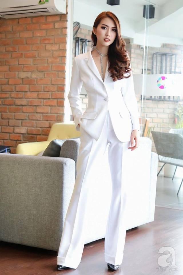 Chọn bộ suit trắng khác biệt hoàn toàn với dàn thí sinh của Hoa hậu chuyển giới ,nhưng phong cách của Hương Giang lại khá quen mặt tại showbiz Việt - Ảnh 12.