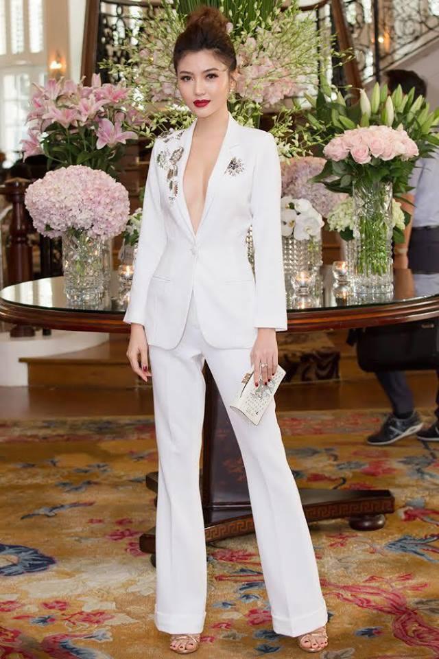 Chọn bộ suit trắng khác biệt hoàn toàn với dàn thí sinh của Hoa hậu chuyển giới ,nhưng phong cách của Hương Giang lại khá quen mặt tại showbiz Việt - Ảnh 13.