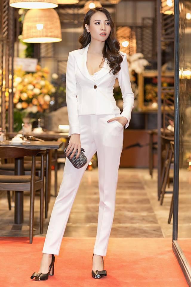Chọn bộ suit trắng khác biệt hoàn toàn với dàn thí sinh của Hoa hậu chuyển giới ,nhưng phong cách của Hương Giang lại khá quen mặt tại showbiz Việt - Ảnh 14.