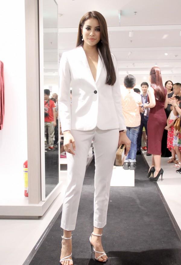 Chọn bộ suit trắng khác biệt hoàn toàn với dàn thí sinh của Hoa hậu chuyển giới ,nhưng phong cách của Hương Giang lại khá quen mặt tại showbiz Việt - Ảnh 10.