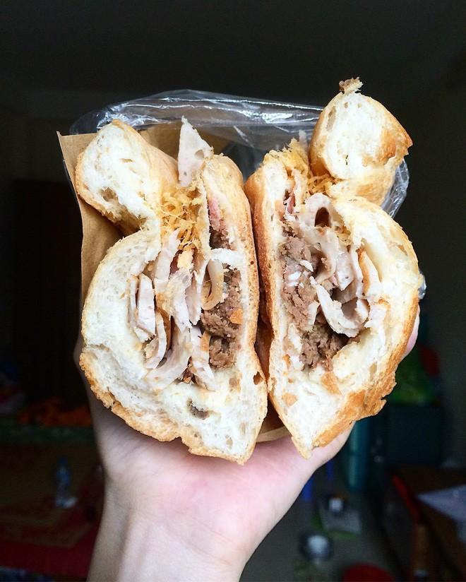 Hà Nội vẫn còn những hàng bánh mì nổi tiếng siêu rẻ, chỉ dưới 15k một chiếc bánh đầy đặn - Ảnh 1.
