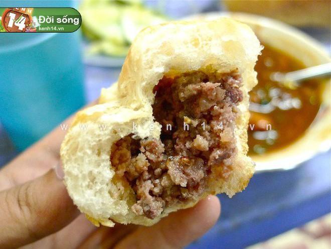 Hà Nội vẫn còn những hàng bánh mì nổi tiếng siêu rẻ, chỉ dưới 15k một chiếc bánh đầy đặn - Ảnh 12.
