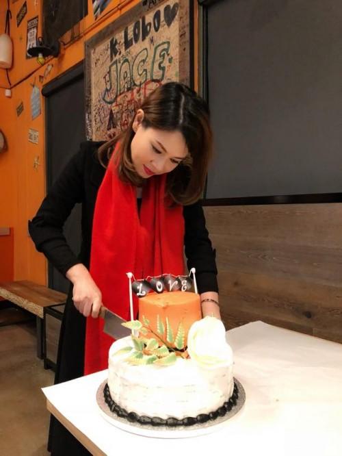 Thanh Thảo hạnh phúc 'khoá môi' bạn trai Việt kiều trong tiệc sinh nhật sớm - Ảnh 1.