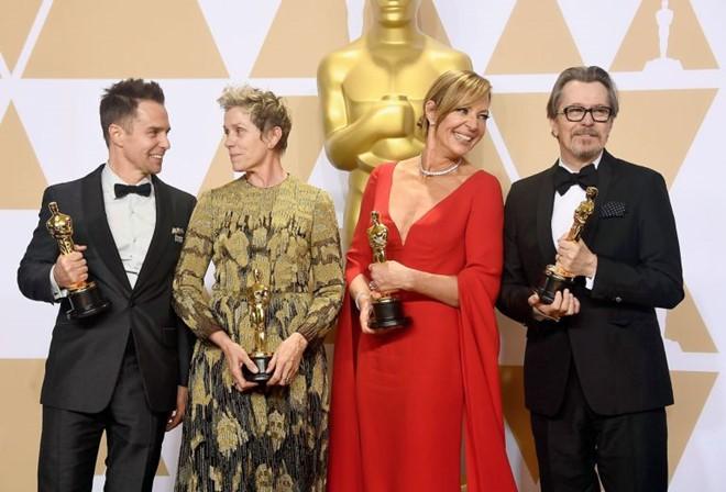 Trước dàn sao đầu tư trang điểm cẩn thận, nữ diễn viên suất xắc nhất Oscar 2018 lại để mặt mộc tự nhiên lên nhận giải - Ảnh 1.