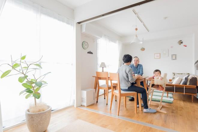 Căn hộ bé xinh nhưng ngập tràn ánh sáng của vợ chồng người Nhật mới có con nhỏ khiến ai cũng mê - Ảnh 1.