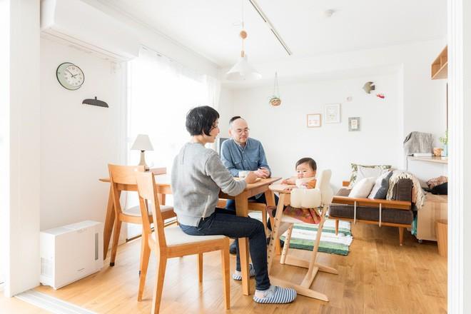 Căn hộ bé xinh nhưng ngập tràn ánh sáng của vợ chồng người Nhật mới có con nhỏ khiến ai cũng mê - Ảnh 2.