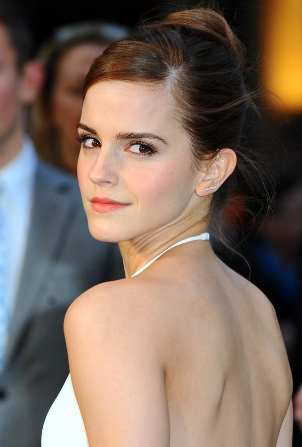 Đổi gió với tóc mái nham nhở, tưởng trẻ hơn nhưng Emma Watson lại bị dìm nhan sắc thực sự - Ảnh 4.