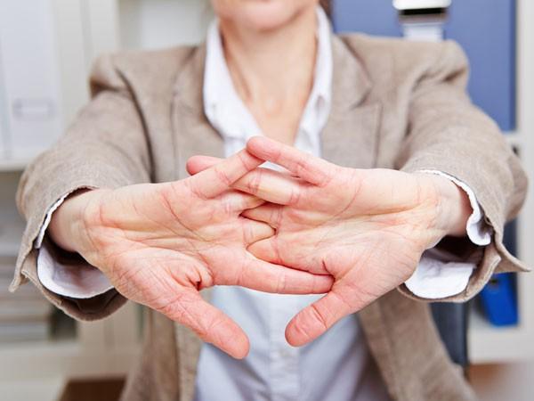 Bài Yoga của người Ấn Độ giúp rèn cơ, giảm căng thẳng hiệu quả: Người ngồi nhiều muốn sống thọ phải tập ngay!  - Ảnh 1.