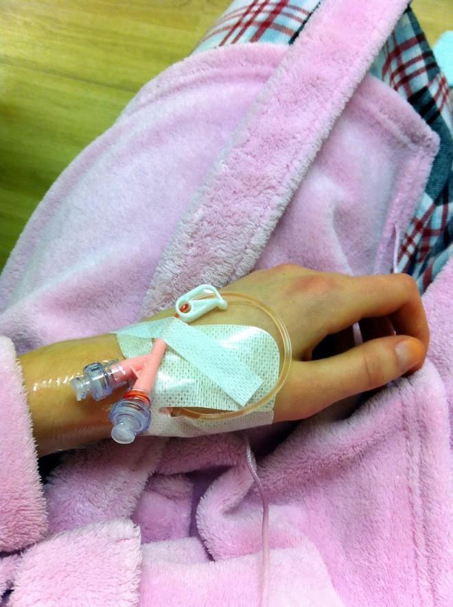Cô gái Anh 18 tuổi gặp phản ứng phụ khi dùng thuốc tránh thai để trị mụn đến nỗi suýt mất mạng - Ảnh 2.
