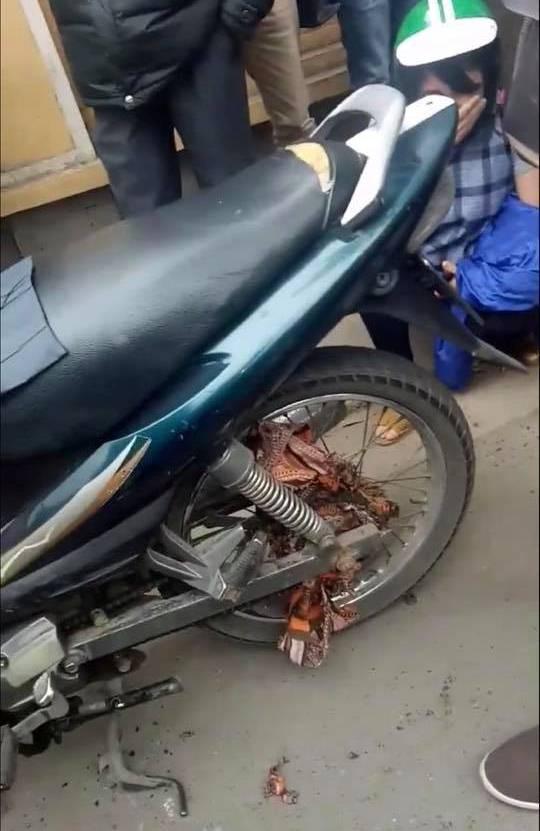 Hà Nội: Không may để chiếc khăn cuốn vào xích xe máy, vị khách đang mang bầu chỉ biết khóc vì bị bắt đền 700.000 đồng - ảnh 3