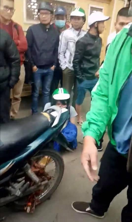 Hà Nội: Không may để chiếc khăn cuốn vào xích xe máy, vị khách đang mang bầu chỉ biết khóc vì bị bắt đền 700.000 đồng - ảnh 1