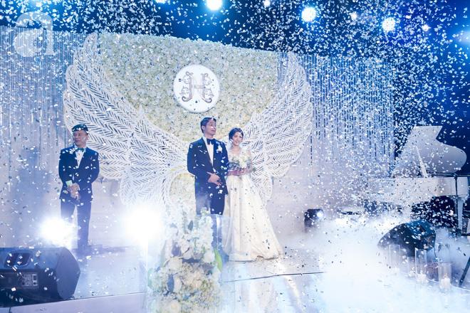 Đám cưới có 1-0-2 sang chảnh hết nấc: Sân khấu lộng lẫy, khách mời đa quốc gia, hoa tươi nhập khẩu tinh tế - Ảnh 6.