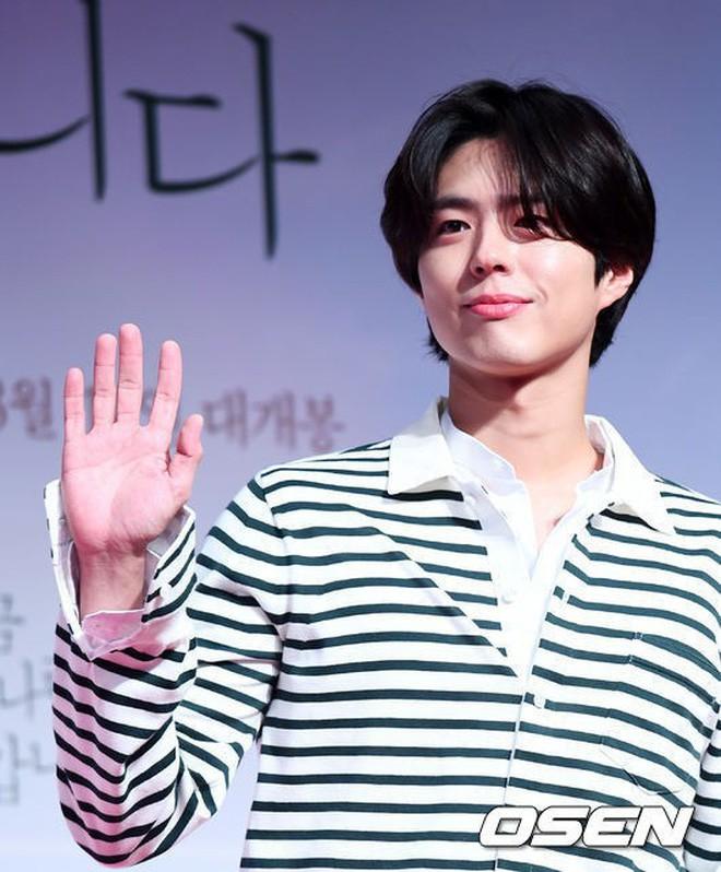 Da đen nhẻm, tóc bổ luống và nhảy nhót sexy, không dám tin đây hoàng tử Park Bo Gum nữa rồi - Ảnh 1.