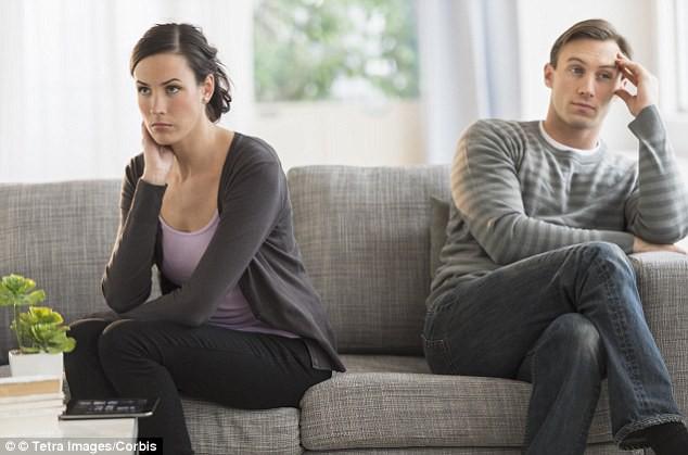 Nhìn người yêu cũ của chồng dồn thức ăn vào túi nilon, tôi thấy uổng phí 6 năm trời ghen tuông giận dỗi - Ảnh 1.
