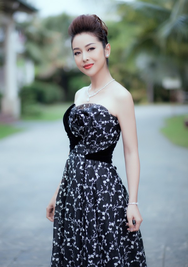 Cùng chọn kiểu tóc búi khi diện váy cúp ngực, Jennifer Phạm sang trọng, trong khi Nhã Phương lại xinh đẹp như một nàng công chúa - Ảnh 3.