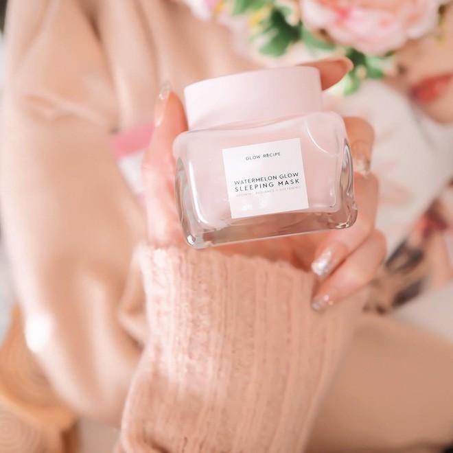 Mặt nạ màu hồng thơm nức mùi dưa hấu, giúp da căng bóng chỉ sau một đêm đang là chân ái của nhiều cô nàng trên Instagram - Ảnh 2.