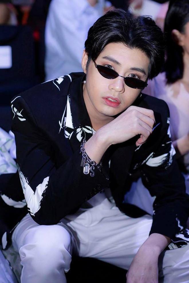 Trang điểm da trắng môi hồng xinh lung linh, Noo Phước Thịnh khiến fan ngỡ ngàng chẳng nhận ra - Ảnh 3.