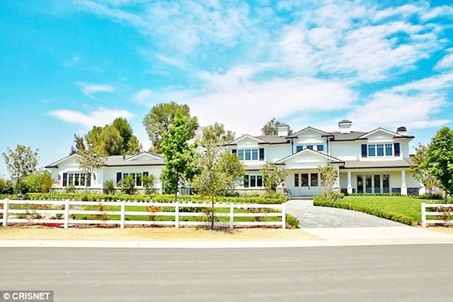 Choáng ngợp trước căn biệt thự xa hoa có giá 12 triệu USD, rộng 1.226m2 của cô út nhà Kim - Kylie Jenner - Ảnh 1.