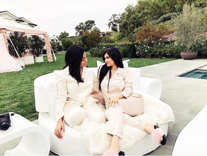 Choáng ngợp trước căn biệt thự xa hoa có giá 12 triệu USD, rộng 1.226m2 của cô út nhà Kim - Kylie Jenner - Ảnh 8.